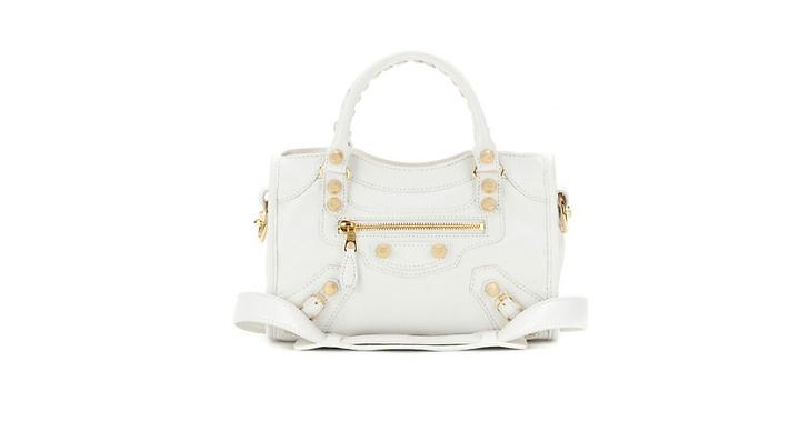 """""""Den lilla Balenciaga väskan kommer vara sjukt fin till den söta vita klänningen när du ska iväg på en casual sommarfest"""""""