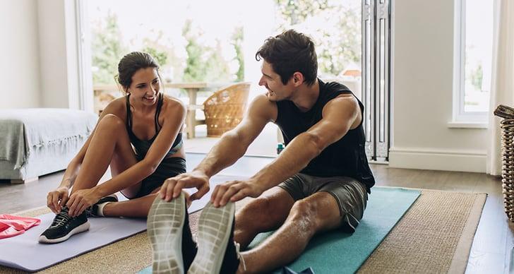 En kille och en tjej som tränar