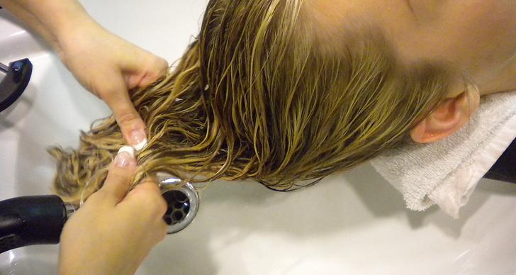 Inpackningen vårdar håret och gör det mer mottagligt för nästa steg som är..