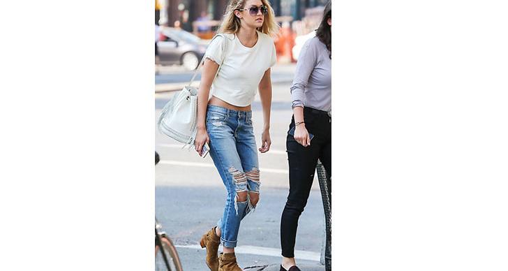 Gigi Hadid matchar sina nya coola skor till ett par rippade jeans.