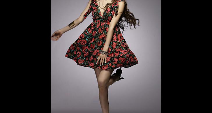 Blommig klänning, 399 kronor.