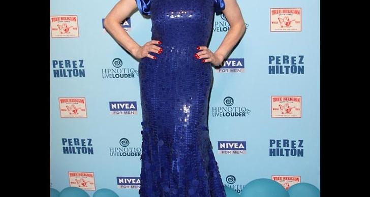 ... är vacker i blå klänning med paljetter.
