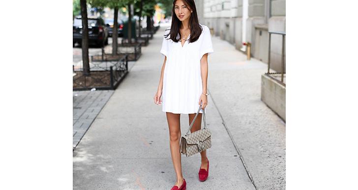 Felicia Åkerström matchar en gullig klänning med röda loafers och vårens populäraste väska.