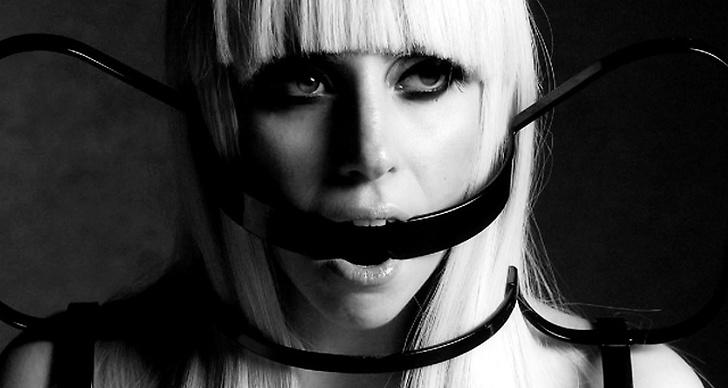 ... stylar här Lady Gaga för Vogue Hommes Japan.