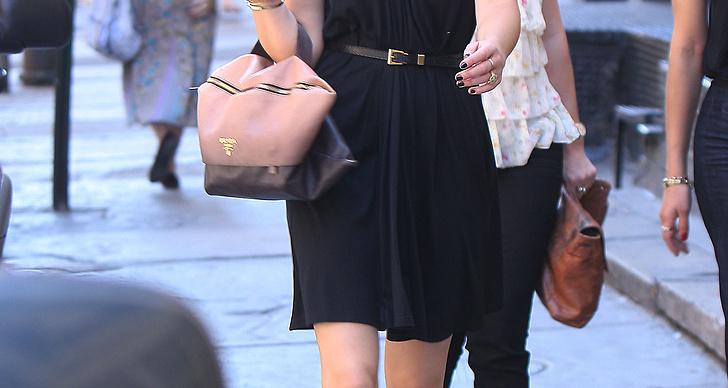 Whitney promenerar på New Yorks gator i ballerinaskor från Chanel.