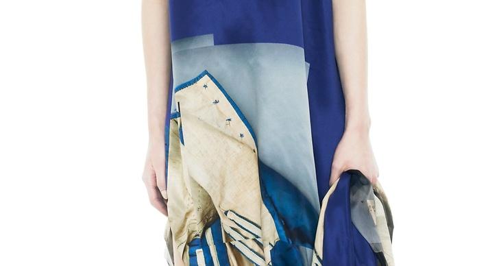 1. Acnes blå-violetta satinklänning shoppar du för 17 995 kronor.