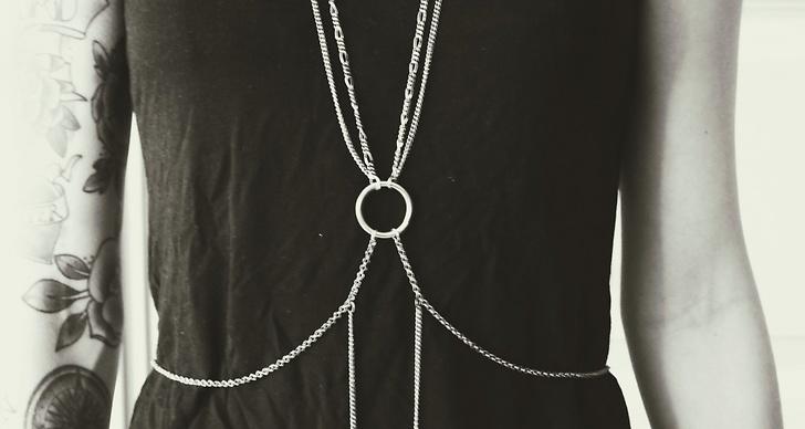 Sätt fast ett spänne bak så du lätt kan ta av och på smycket.