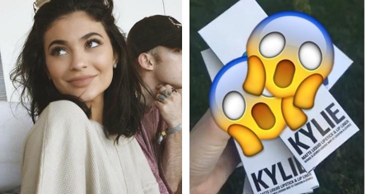 Kylie Jenner släpper svart läppstift.