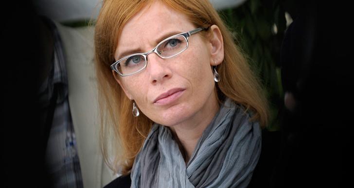 Kajsa Bergvall bjuder på en utsläppt frisyr. Enkelt och fräscht!