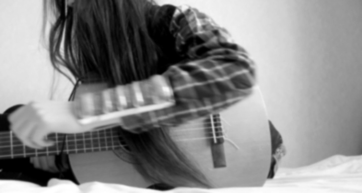 """""""Sitter på sängen och fingrar på min gitarr."""""""