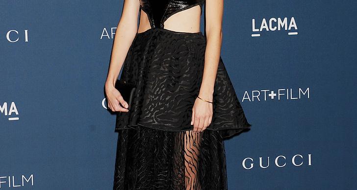 Regissören Gia Coppola i en klänning med lite annorlunda skärning. Trying to hard säger vi om den!