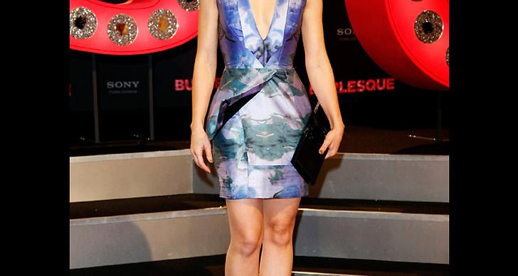 ... är snygg i v-ringad klänning i blått.