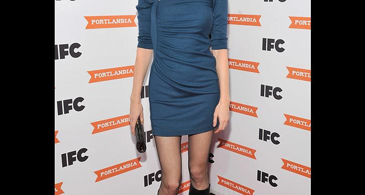 ... matchar sin blå klänning med stövlar i svart.