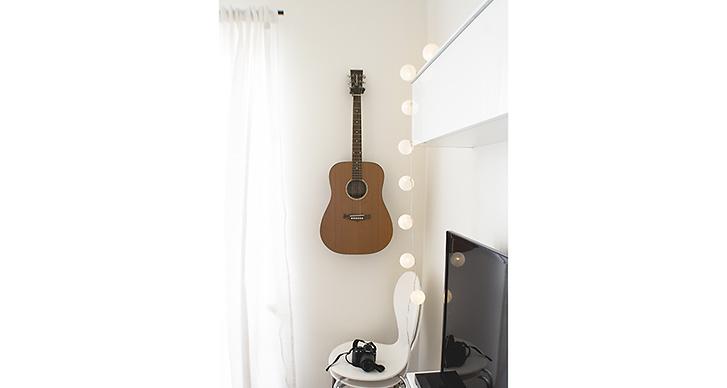 En av sakerna Lisa inte kan leva utan är sin gitarr.
