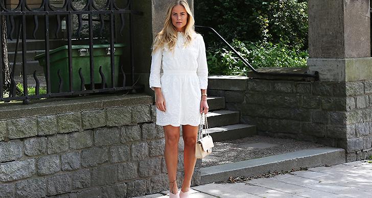 Joanna Fingal rockar den romantiska stilen med spetsklänning kombinerat med puderrosa klackar och beige väska.