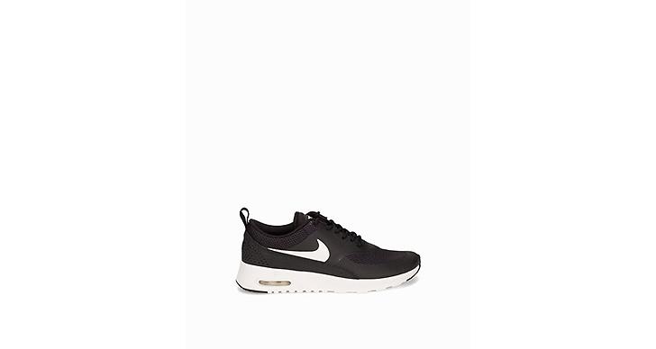Så snygga skor från Nike, traditionell modell som alltid fungerar. <a href='http://clk.tradedoubler.com/click?p(17833)a(2862979)g(17114610)url( http://nelly.com/se/kläder-för-kvinnor/skor/sneakers/nike-1013/air-max-thea-126207-162/)' title='1 195 kronor.' target='_blank'>1 195 kronor.</a>