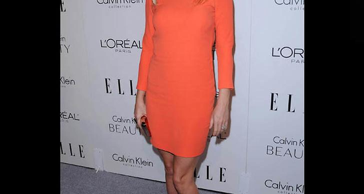 ... är snygg i en enkel pastellfärgad klänning.