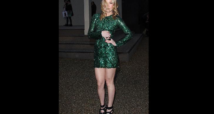Kate Hudson glittrar i gröna paljetter.