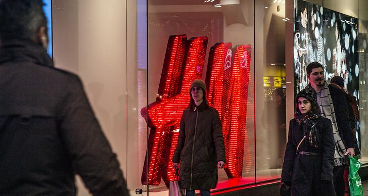 Människor passerar en H&M-butik under julhandeln. Foto: Helena Landstedt / TT / kod 76091