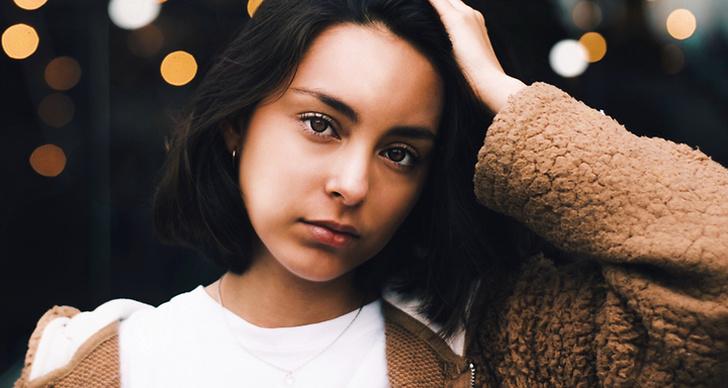 En tjej som håller sig på huvudet