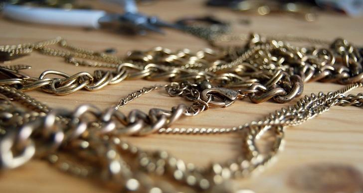 Ett tips är att använda dig av kedjor från smycken du inte längre använder