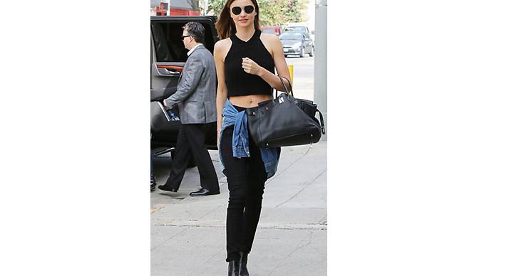 Svarta byxor är ett säkert kort till ett par snygga boots. På bild ser ni modellen Miranda Kerr.
