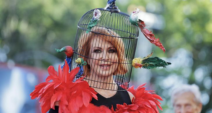 Marina Ripa di Meana dök upp med en fågelbur på huvudet