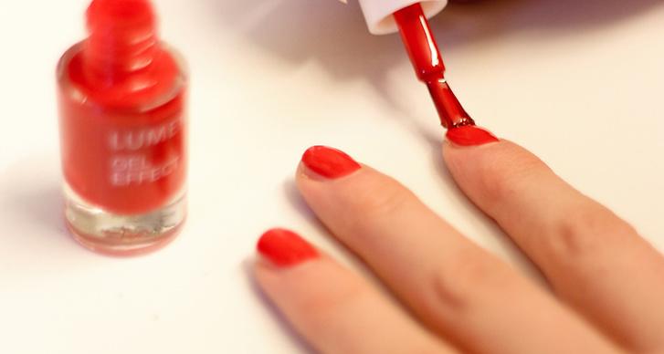 Efter att du målat naglarna. Låt dem torka i minst 20 minuter. Undvik starka medel som diskmedel, parfym och rengöring.