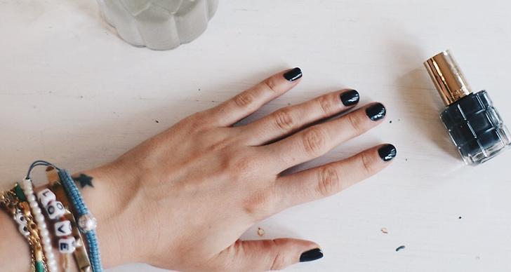2. Kallt vatten! Fyll en skål med kallt vatten och doppa ner fingrarna ungefär två-tre minuter efter att du har målat på nagellacket. Efter en stund har naglarna stelnat!