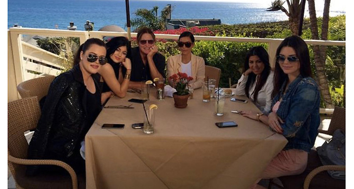 9. Familjen Kardashian fick en lön på 100 miljoner dollar att dela på för deras senaste kontrakt med E! som gäller i fyra år. Kim Kardashian är den absolut bäst betalda reality-stjärnan genom tiderna.