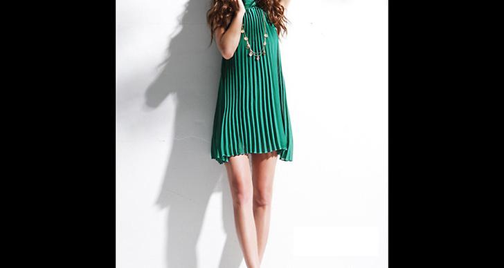 Pliserad klänning i grönt, 349 kronor.