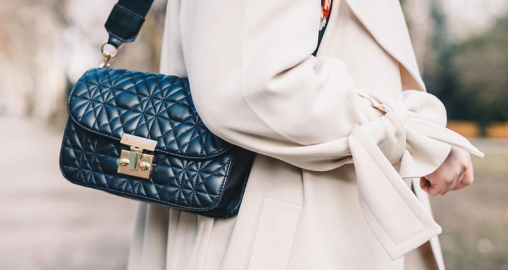 Baguetteväskan introducerades år 1997 och präglade 90-talets mode.