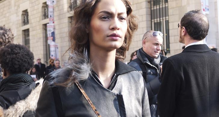 Joan Smalls utanför Christian Dior.