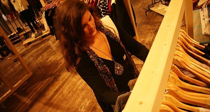 Jasmin siktar målmedvetet in sig på en klädstång.