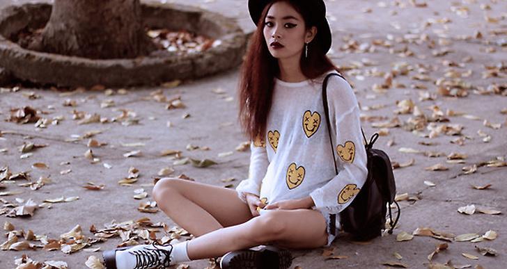 Vu från Vietnam goes 90's i sina Doc.Martens, miniryggsäck och och smiley-tröja. Mer looks från henne här http://lookbook.nu/vuthien
