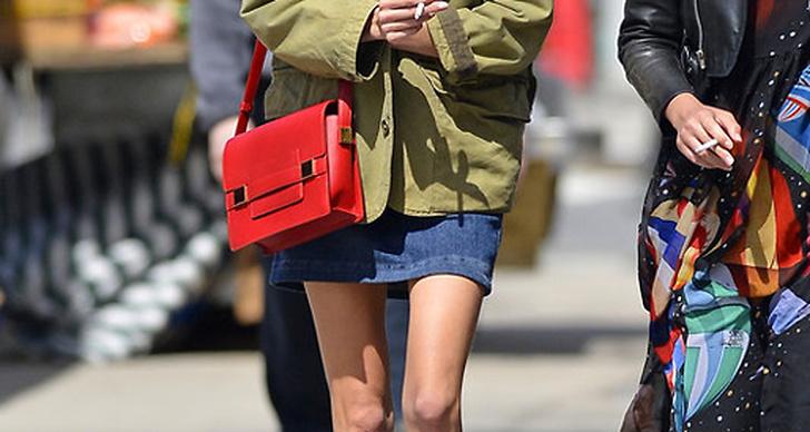 """Alexa Chung är känd för att vara stilbildande och sådär """"modell of duty""""-cool. Här i en enkel vardags-outfit med fin färgmatchning á la blått, grönt och rött."""