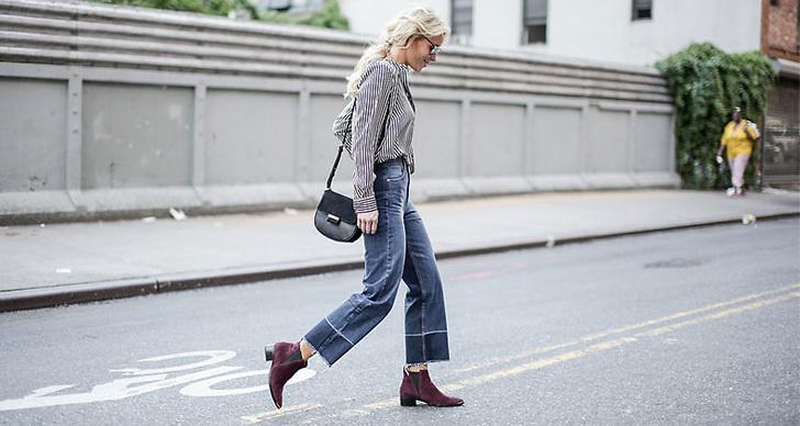 Mary Seng stylar sin röda ankleboots till ett par avklippa, snygga jeans.