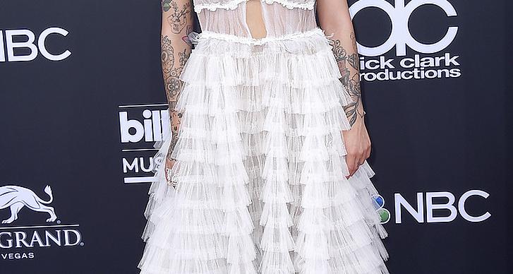 Julia Michaels på röda mattan under Billboard Music Award 2018.