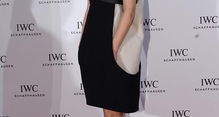 Rooney Mara kör stenhårt på de mörka läpparna och lyckas alltid kombinera dessa strålande bra. Här i enkel minimalistisk klänning och klackar från Louboutin.