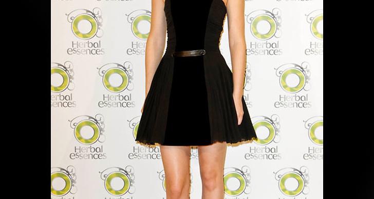 ... satsar på sextiotalsinspirerad klänning i svart.