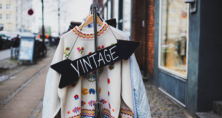 vintage skylt pil som pekar in i butik