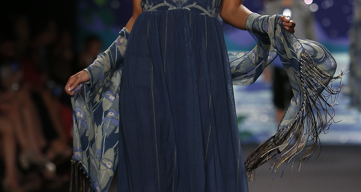 Anna visade upp klänningar som fladdrade längs benen på modellerna
