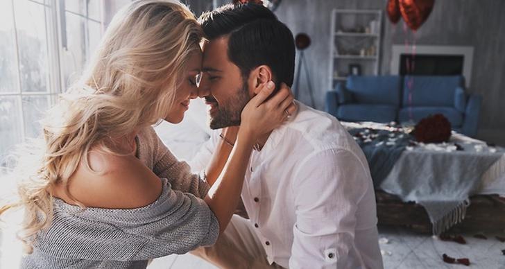 En blond kvinna som kollar kärleksfullt mot sin man