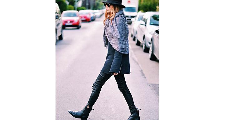 Maja Why är alltid lika cool i sin 70-tals stil. Här matchar hon sina boots till ett par skinnbrallor.