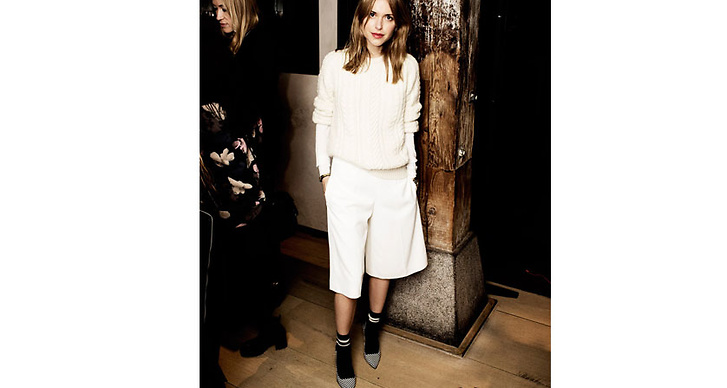 Ett snyggt alternativ är att bära ett par höga strumpor till plagget. Precis som stylisten Pernille gör på bilden ovan.