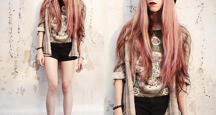 Jenny från Buenos aires matchar den beiga skjortan och trycket på tröjan snyggt med det blekrosa håret. Fler outfits från henne här http://lookbook.nu/jennplaysguitar