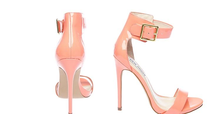 Aprikosfärgade sandaletter, framhäver solbrännan till sommaren!