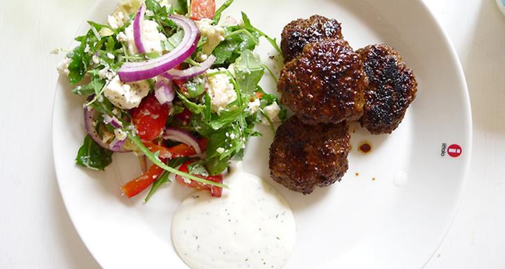 Smakriga köttfärsbiffar med fetaostsallad och yoghurtsås