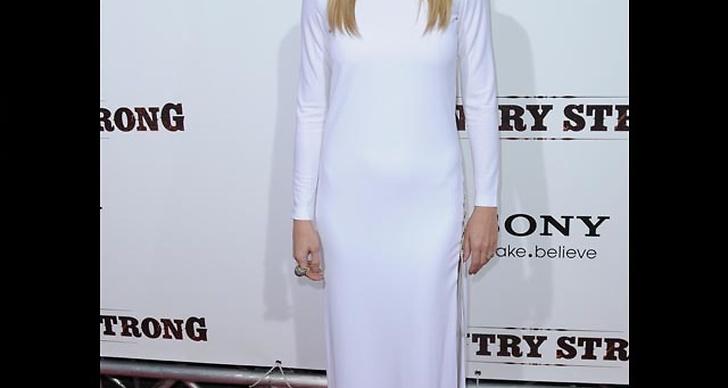 ... klär sig i vågad klänning i vitt.