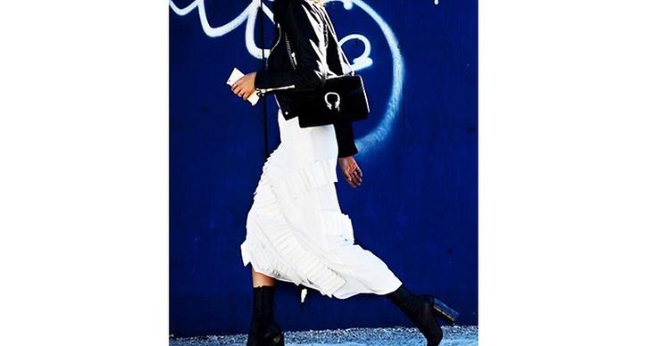 Vitt och svart ihop ger starka, snygga kontraster på ens outfit.